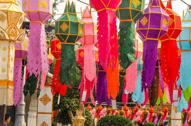 Цветной бумажный фонарь висит в храме Ват-Фра в Бангкоке стоковое фото