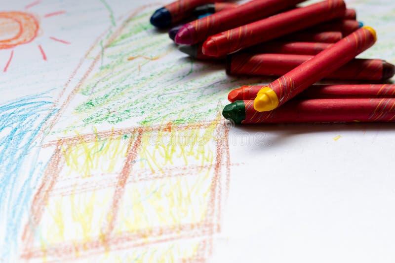 Цветные карандаши, помещенные на бумагу для рисования стоковая фотография rf