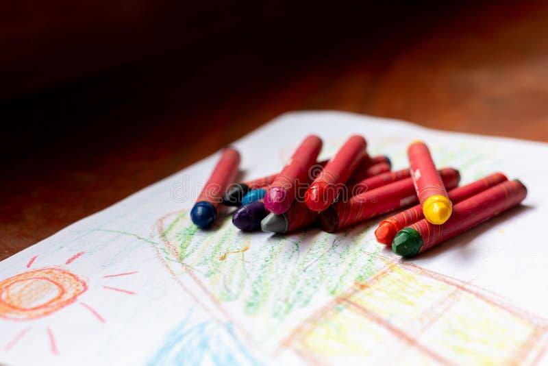 Цветные карандаши, помещенные на бумагу для рисования стоковые фотографии rf