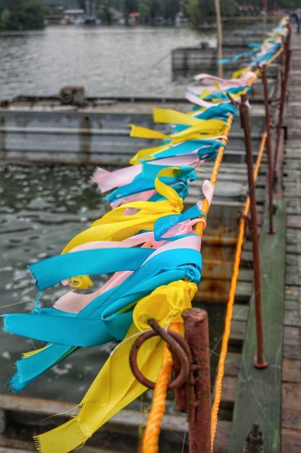 Цветные ленточки на заборе, потекшие в ветру стоковое изображение rf