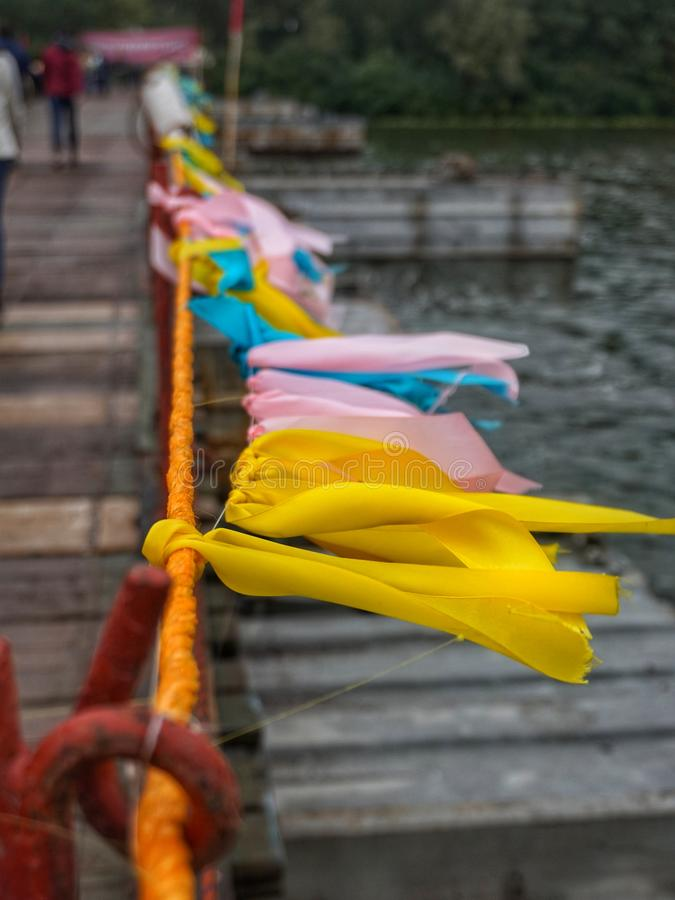 Цветные ленточки на заборе, потекшие в ветру стоковые фотографии rf
