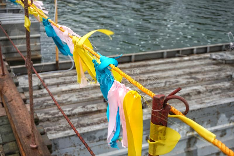 Цветные ленточки на заборе, потекшие в ветру стоковые изображения rf