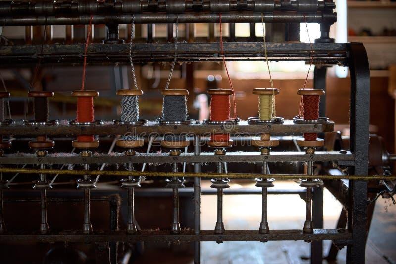 Цветные шерстяные нити на старой лучах, традиционная ярна в Канаде стоковая фотография rf