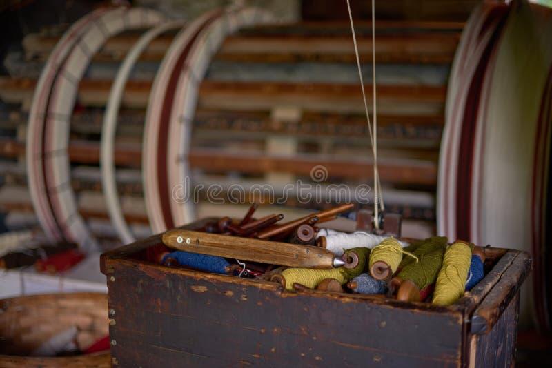 Цветные шерстяные нити на старой лучах, традиционная ярна в Канаде стоковая фотография