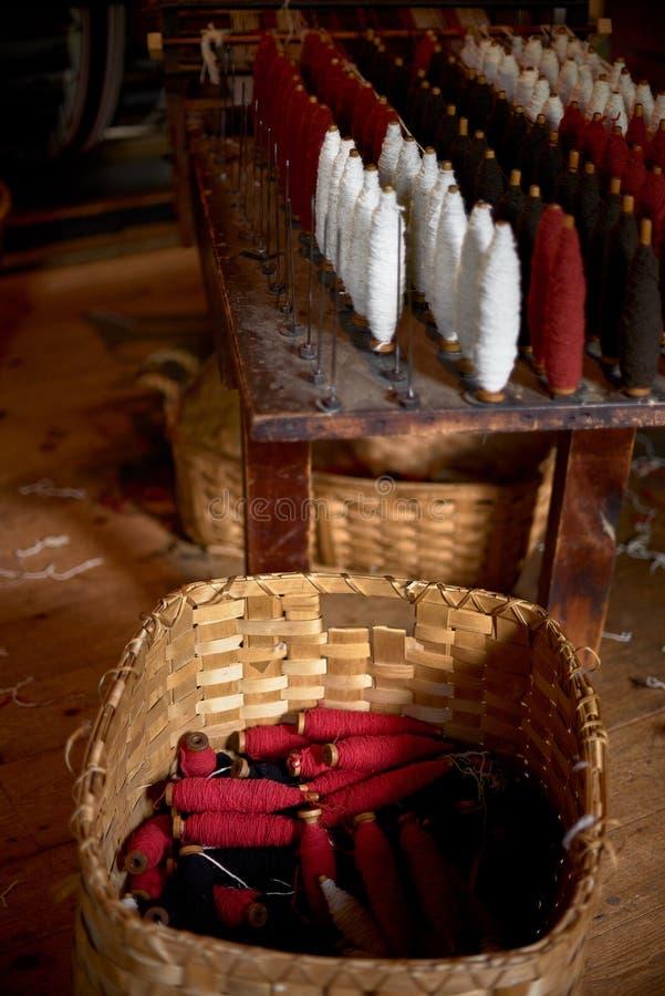 Цветные шерстяные нити на старой лучах, традиционная ярна в Канаде стоковое фото rf