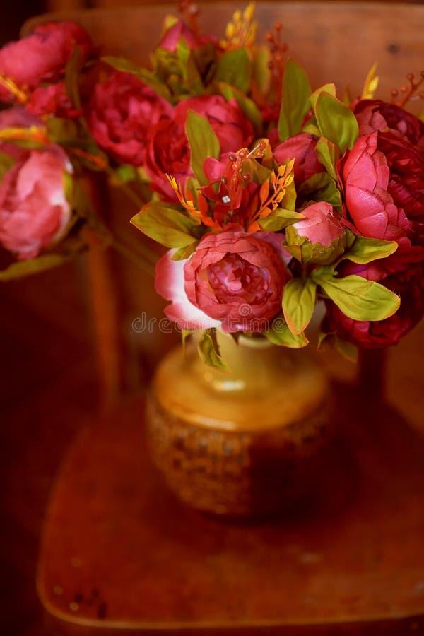 Цветок букета в вазе на коричневой предпосылке стоковое фото