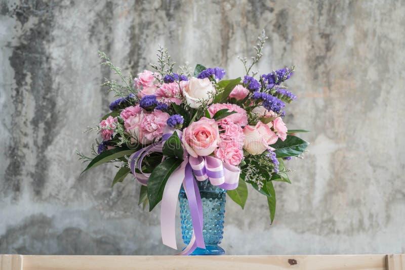 Цветок букета в вазе стоковые фотографии rf