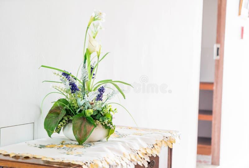 Цветок в вазе стоковые изображения rf