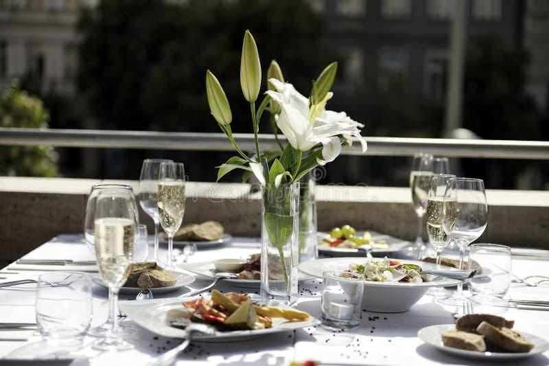 Цветок лилии на обеденном столе стоковое изображение rf