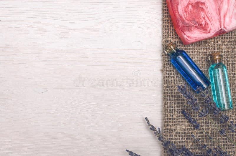 Цветок лаванды, твердое мыло и голубое эфирное масло Аксессуары ванны Курорт Терапия ароматности стоковые фото