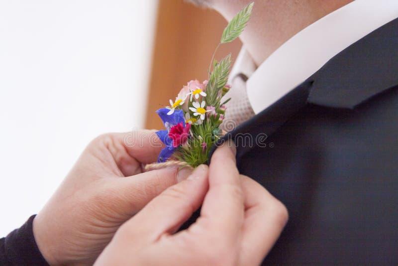 Цветок прикреплен к groom стоковые фотографии rf