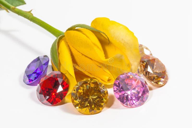 цветок розы желтого цвета с красочными диамантами стоковые изображения