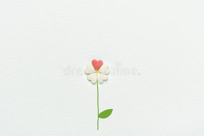 Цветок сделанный из конфеты сахара брызгает стержень сердец нарисованный рукой и выходит на белую предпосылку бумаги акварели стоковое изображение