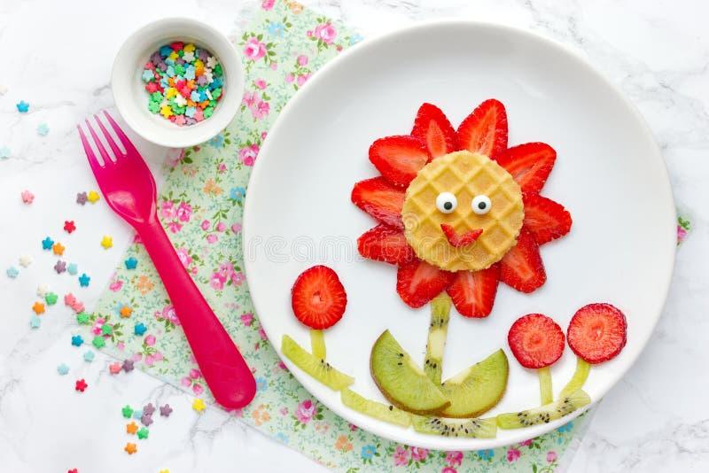 Цветок съестного плодоовощ - творческие завтрак или закуска лета для ребенк стоковые изображения