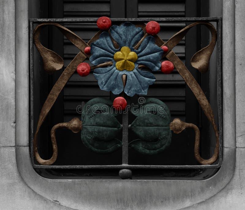 Цветок утюга защищая окно стоковые изображения rf