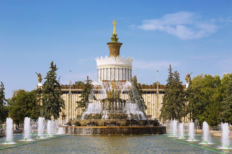 Цветок фонтана каменный против предпосылки выставки Украины павильона достижений народного хозяйства стоковое изображение
