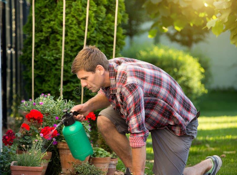 его стоит фото мужчина поливает цветы чакры