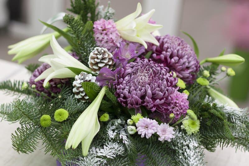 Цветочная композиция с хризантемами лилий в фиолетовом конце-вверх коробки стоковое изображение