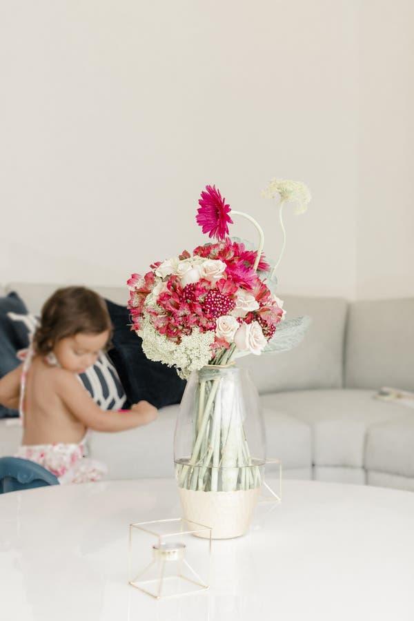Цветочная композиция украшая живущую комнату дома стоковые фотографии rf