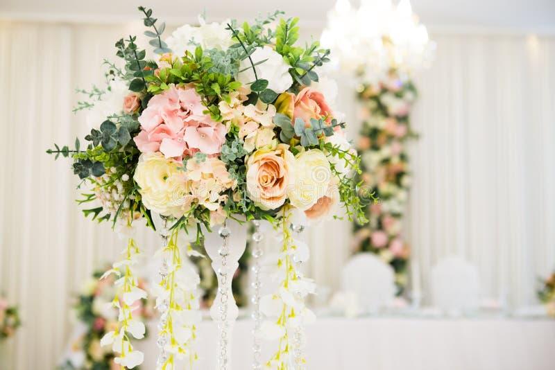 Цветочные композиции на таблице свадьбы стоковые изображения