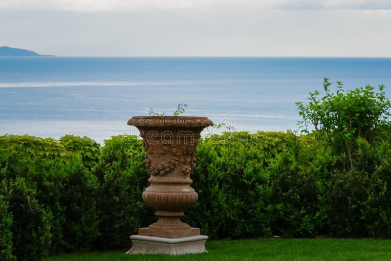 Цветочный горшок в прекрасном саде виллы Cimbrone, деревни Ravello, побережья Амальфи Италии стоковые фото