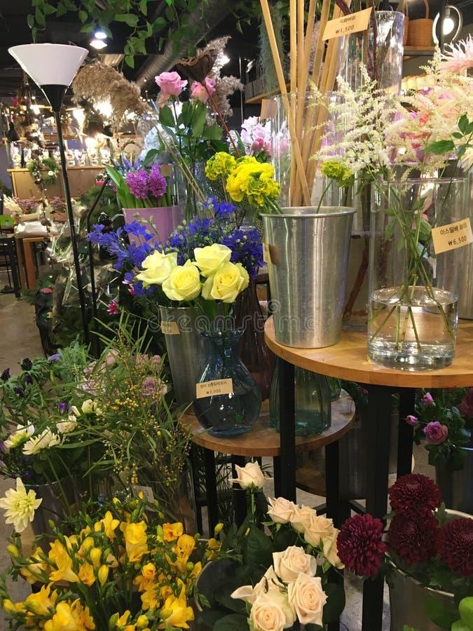 Цветочный магазин в городке стоковые фото