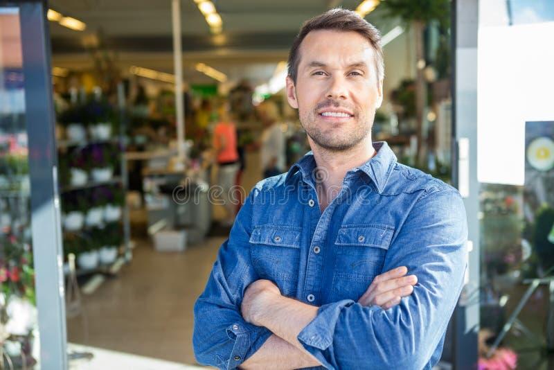 Цветочный магазин уверенно человека стоящий внешний стоковое изображение rf