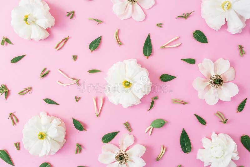 Цветочный узор белых цветков и листьев на розовой предпосылке вектор детального чертежа предпосылки флористический Плоское положе стоковое изображение