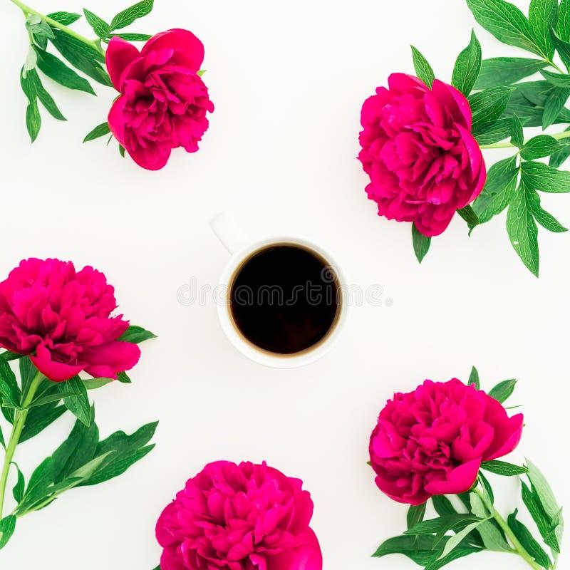 Цветочный узор пиона, листьев и горячей кружки черного кофе на белой предпосылке Плоское положение, взгляд сверху перл макроса им стоковые фото