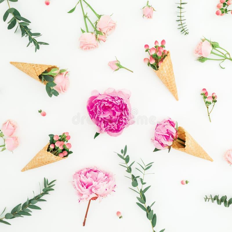 Цветочный узор розовых пионов, лепестков роз, эвкалипта и конусов вафли на белой предпосылке Плоское положение, взгляд сверху стоковые изображения