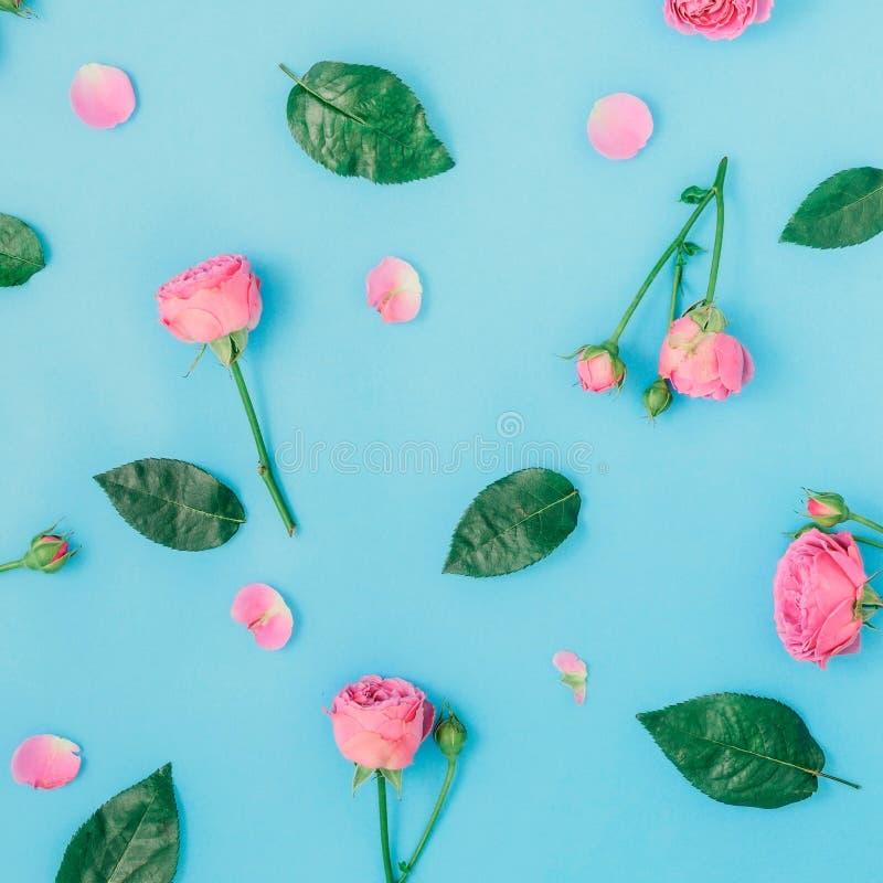 Цветочный узор сделанный из розовых роз и листьев зеленого цвета стоковые изображения rf