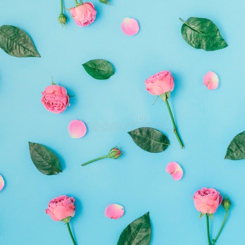Цветочный узор сделанный из розовых роз и листьев зеленого цвета стоковая фотография rf