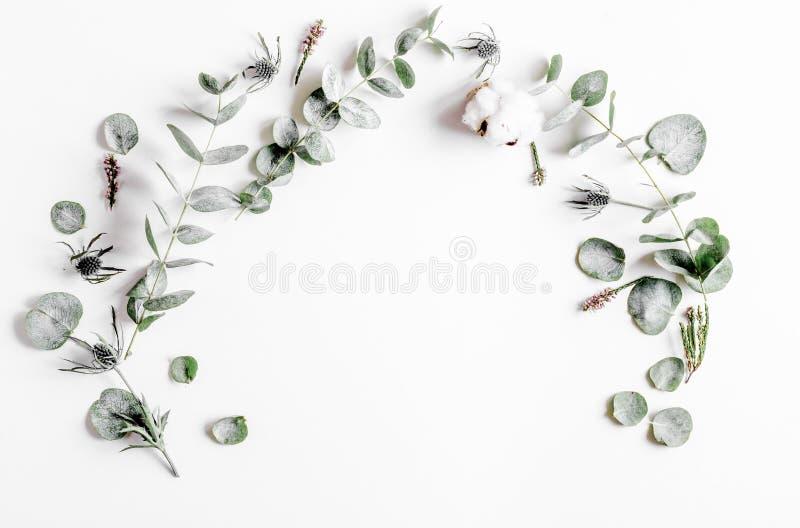Цветочный узор с зеленым цветом выходит на белый модель-макет взгляд сверху предпосылки стоковое фото