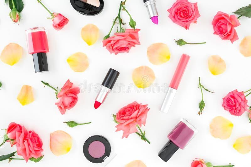 Цветочный узор с оранжевыми цветками роз и женственными косметиками на белой предпосылке r стоковое фото rf