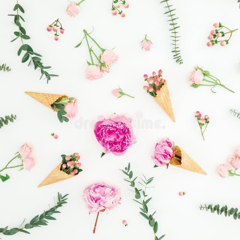 Цветочный узор с розовыми пионами, лепестками роз, эвкалиптом, вафлей на белой предпосылке r стоковые изображения rf