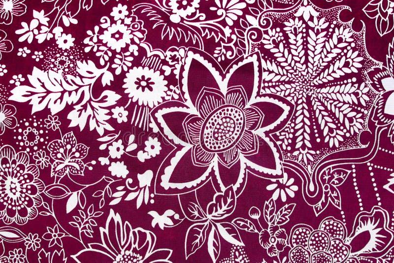 Цветочный узор ткани текстуры предпосылки красный стоковое фото rf