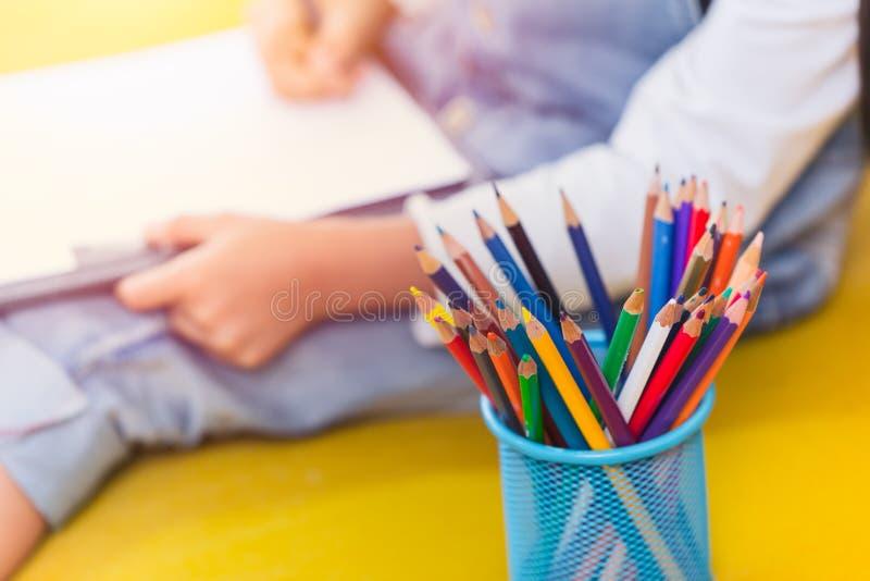 Цветы карандаши с детским рисованием, креативным воспитанием и изучением школьной концепции стоковая фотография rf