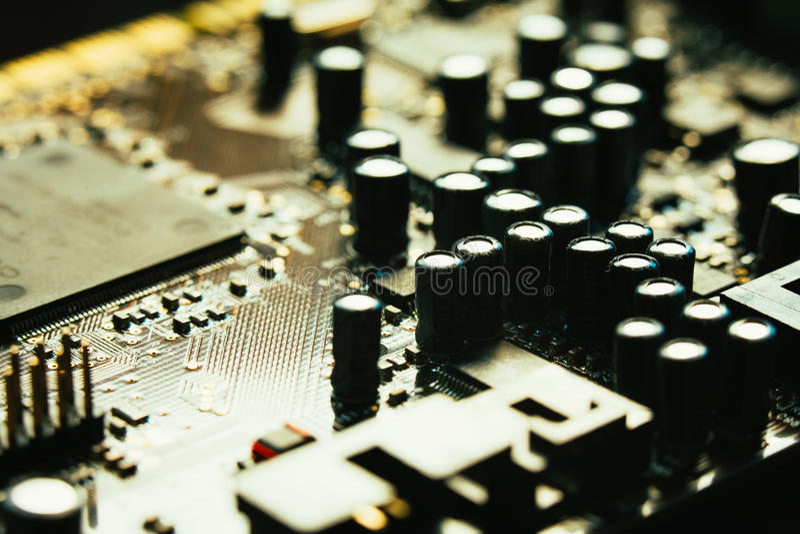 Цвет желтого цвета крупного плана материнской платы компьютера серый на темной предпосылке стоковые изображения