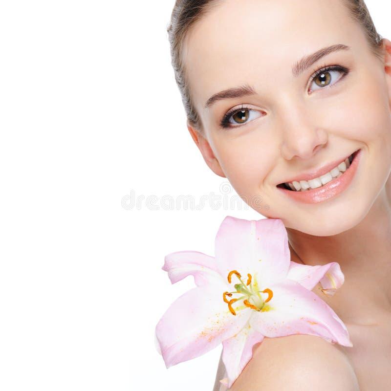 Цвет лица здоровья красивой счастливой смеясь над молодой женщины стоковые фотографии rf