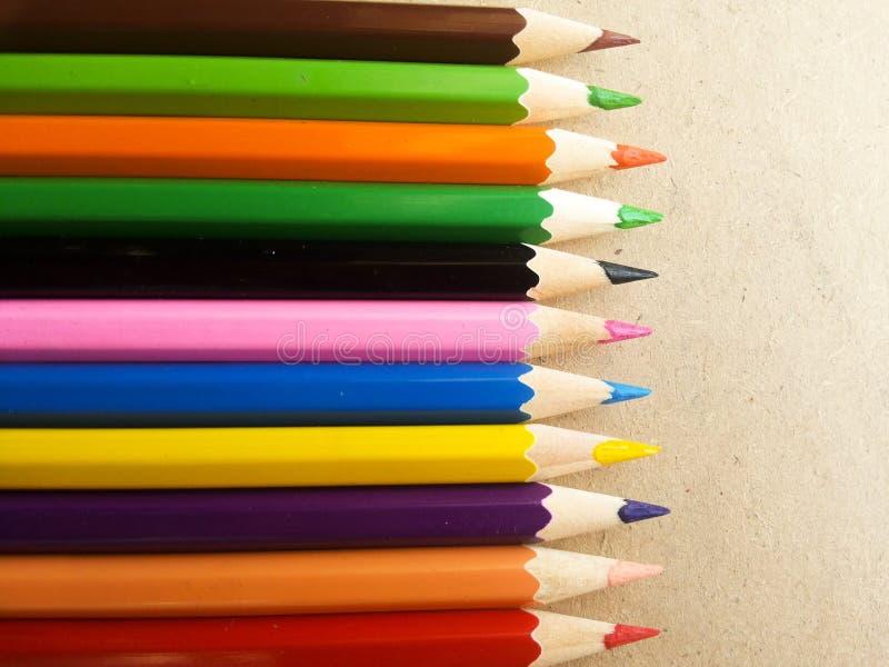Цвет карандаша на деревянном столе стоковые фотографии rf