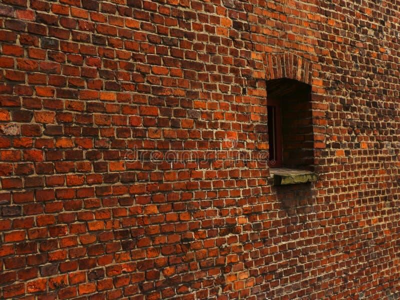 цвет кирпича дробит старую красную стену на участки текстуры стоковое фото