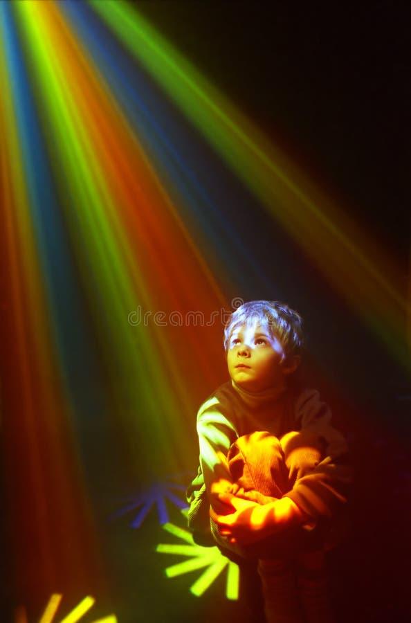 цвет мальчика освещает портрет стоковое фото