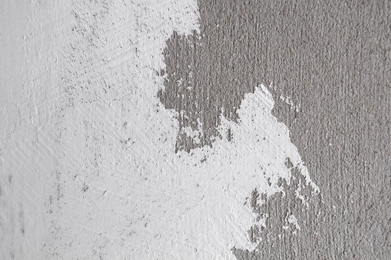 Цвет покрашенный стеной белый на бетоне стоковые фото