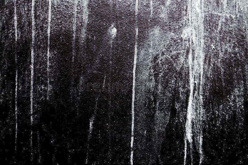 Цвет покрашенный стеной белый на черном бетоне стоковая фотография
