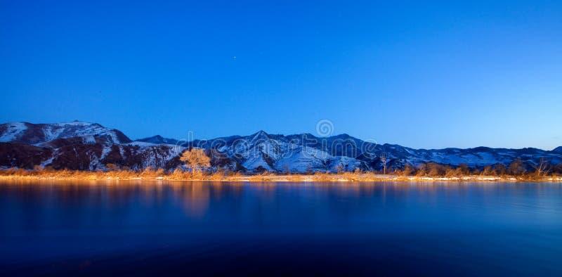 Download Цвет Река Ялуцзян ночи стоковое фото. изображение насчитывающей bluets - 37928216