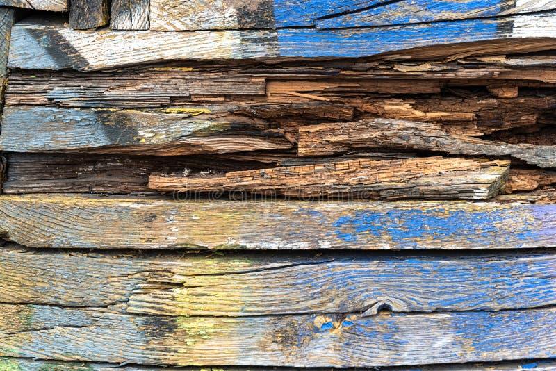 Цвет старой краски голубой и желтый на грязной деревянной поверхности стоковое изображение rf