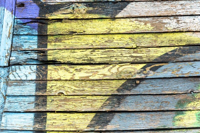 Цвет старой краски голубой и желтый на грязной деревянной поверхности стоковое фото