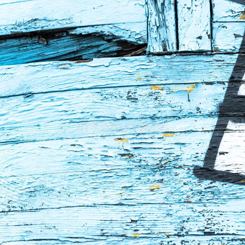 Цвет старой краски голубой и желтый на грязной деревянной поверхности стоковые фотографии rf