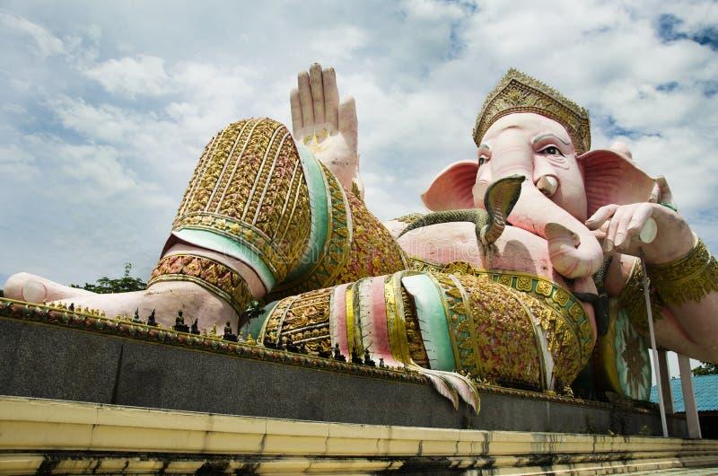 Цвет тайское вызванное Phra Pikanet пинка статуи Ganesh на внешнем для людей посещает и уважает молить на лорде Ganesha Парке стоковое фото rf