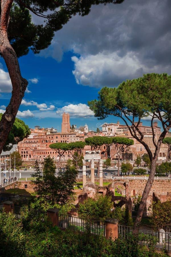Цезарь и форум Trajan в Риме стоковые изображения rf
